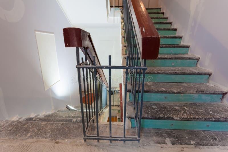 De treden met houten leuningen is het deel van binnenland van flat tijdens verbetering of het remodelleren, vernieuwing, uitbreid royalty-vrije stock foto