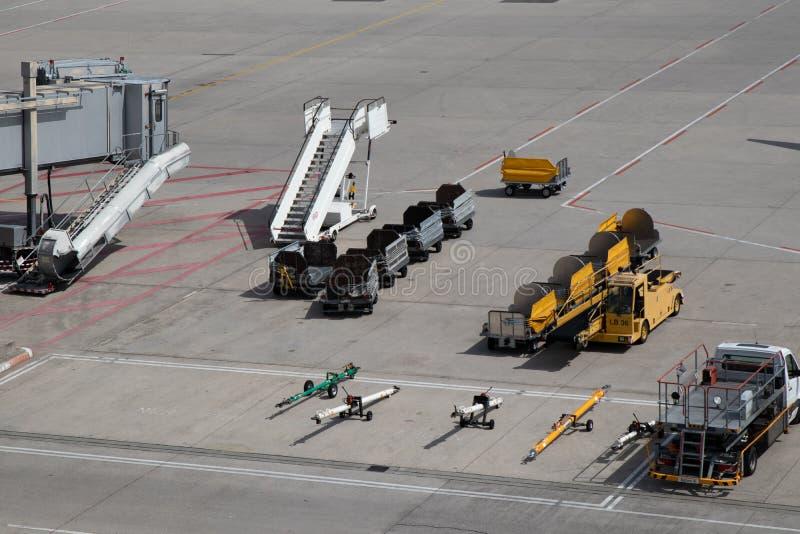 De treden van de luchthavenpassagier en van bagagekarren pushrods royalty-vrije stock foto's