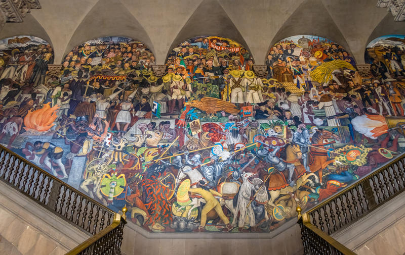 De treden van Nationaal Paleis met de beroemde muurschildering de Geschiedenis van Mexico door Diego Rivera - Mexico-City, Mexico stock foto's