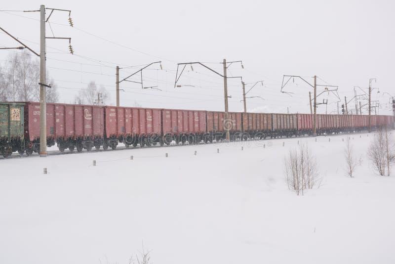 De trein is beschikbaar in de winter Wagens op de snow-covered weg Spoorweg in de winter royalty-vrije stock afbeelding