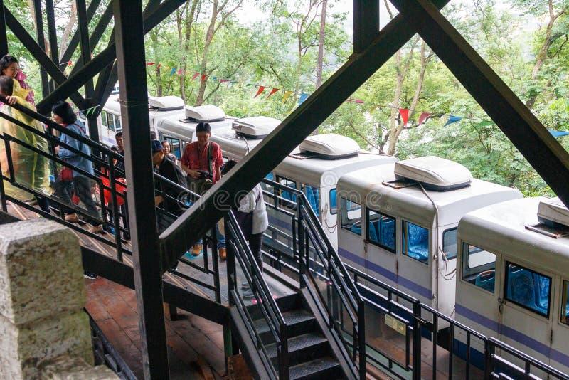 De trein bracht bezoekers aan de ingang van Reed Flute Cave, die in de Chinese stad van Guilin wordt gevestigd royalty-vrije stock afbeeldingen