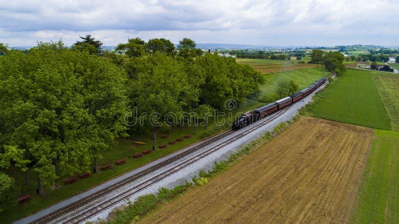 De Trein die van de stoompassagier in Picknickgebied trekken door Hommel stock afbeelding