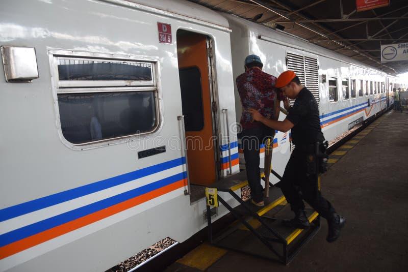 De trein die van Tawangjaya langst lanceren aan Djakarta stock afbeeldingen
