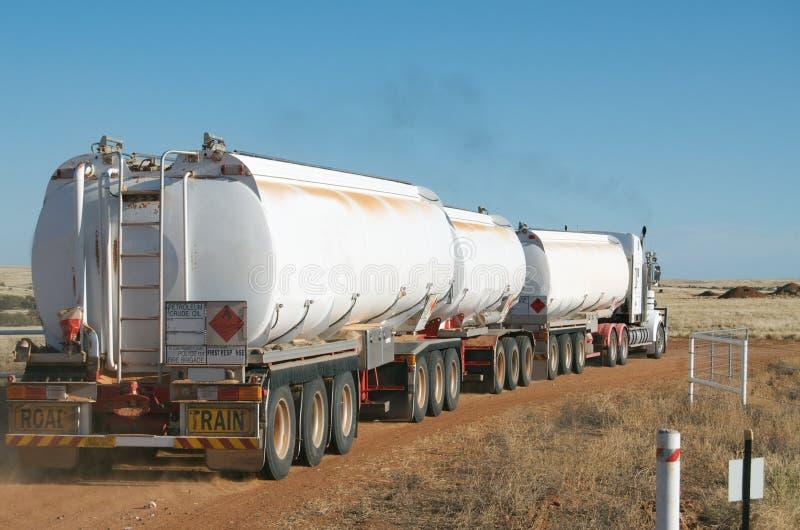 De trein dragende brandstof van de weg stock afbeeldingen