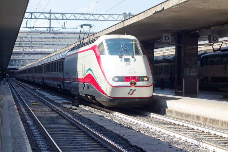De trein houdt Roma Termini-station tegen royalty-vrije stock foto