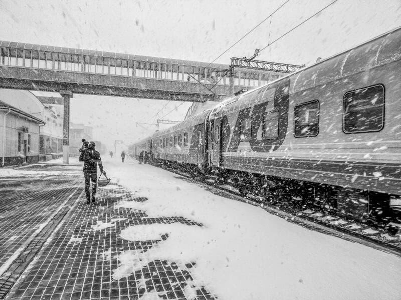 De trein Moskou-Vladivostok is bij de post Een mens met een kind landt royalty-vrije stock afbeelding