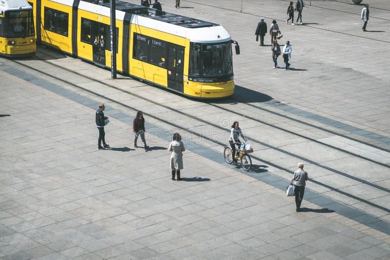 De trein /streetcar van tramspoor/tram en mensen in Berlijn stock foto's