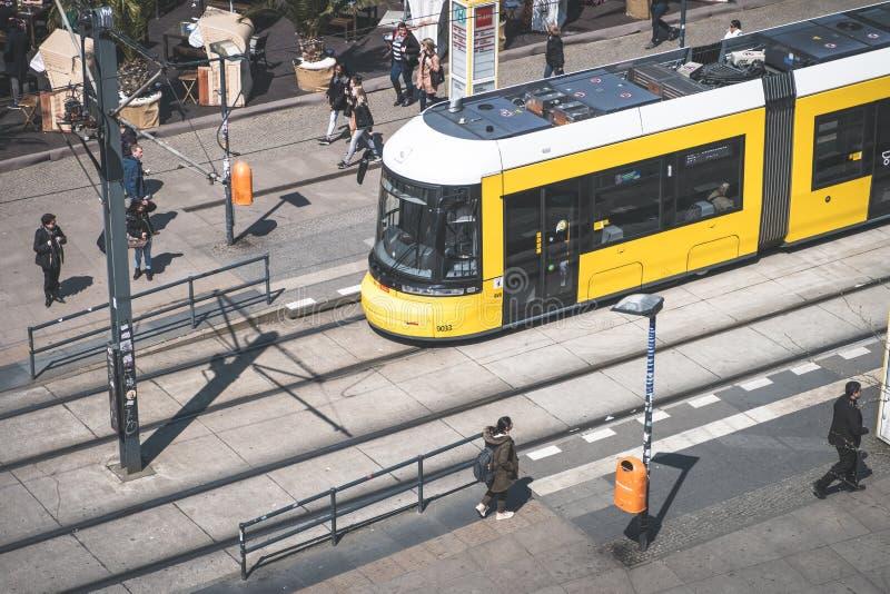 De trein /streetcar van tramspoor/tram en mensen in Berlijn stock afbeeldingen