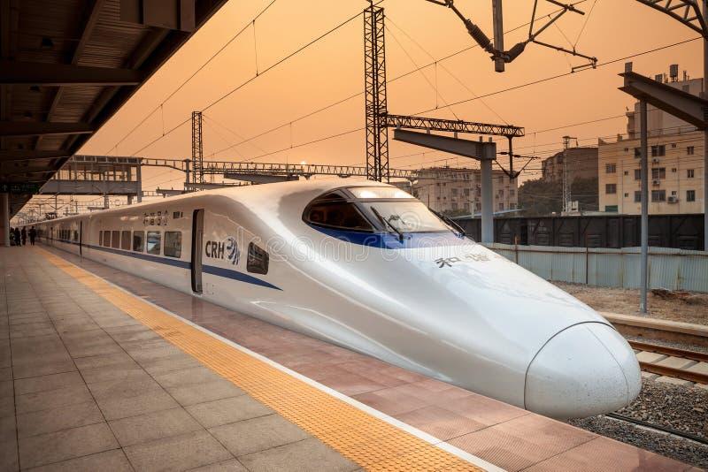 De trein van de hoge snelheid in China stock afbeeldingen
