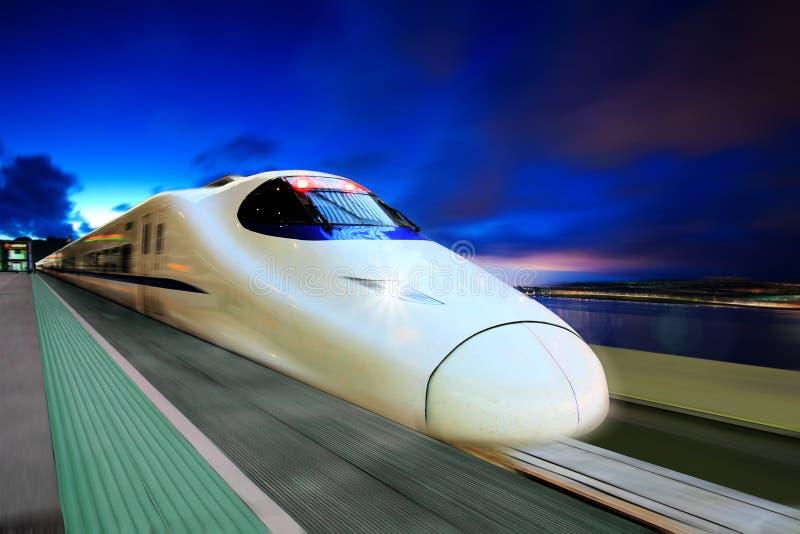 De Trein van de hoge snelheid IN de NACHT stock afbeelding