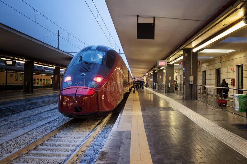 De trein van de hoge snelheid in post stock foto