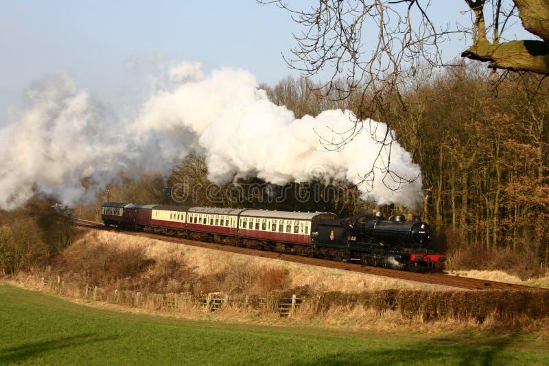 De Trein van de stoom in het Engelse platteland stock foto