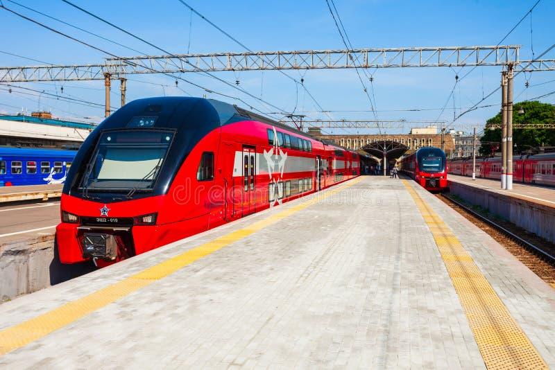 De trein van dubbeldekkeraeroexpress in Moskou stock foto
