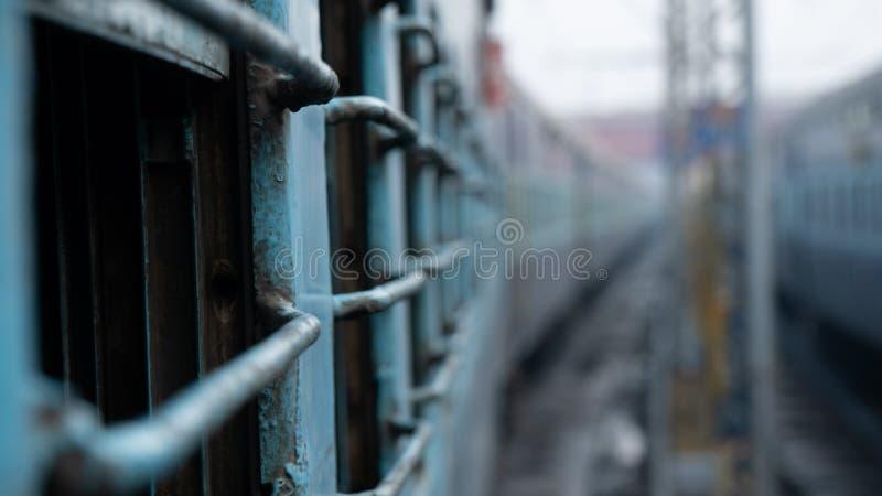 De trein van de dwarsbalkklasse in de mening van India van het venster stock foto