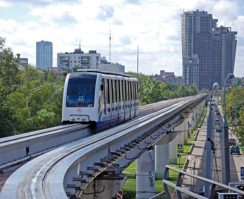 De trein van een monorail nadert de post moskou Rusland stock fotografie