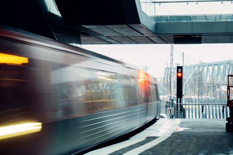 De trein van het motieonduidelijke beeld bij de metropost stock foto
