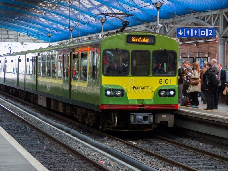 De trein van het Pijltje elektrische spoor in Dublin Connolly Station op de uitgaande verbindende reis van Greystone via Dunloagh stock foto
