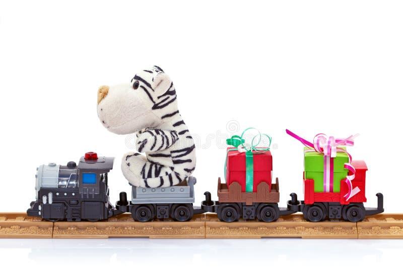 De trein van het stuk speelgoed met giften royalty-vrije stock afbeeldingen