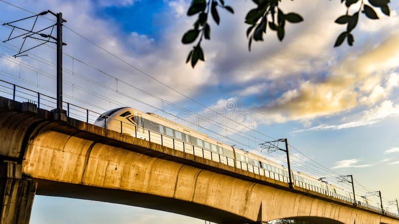 De trein van de hoge snelheid in China stock foto