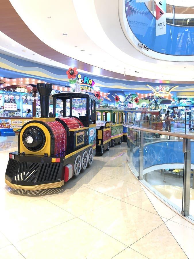 De trein van kinderen, kleine trein in de wandelgalerij stock foto's