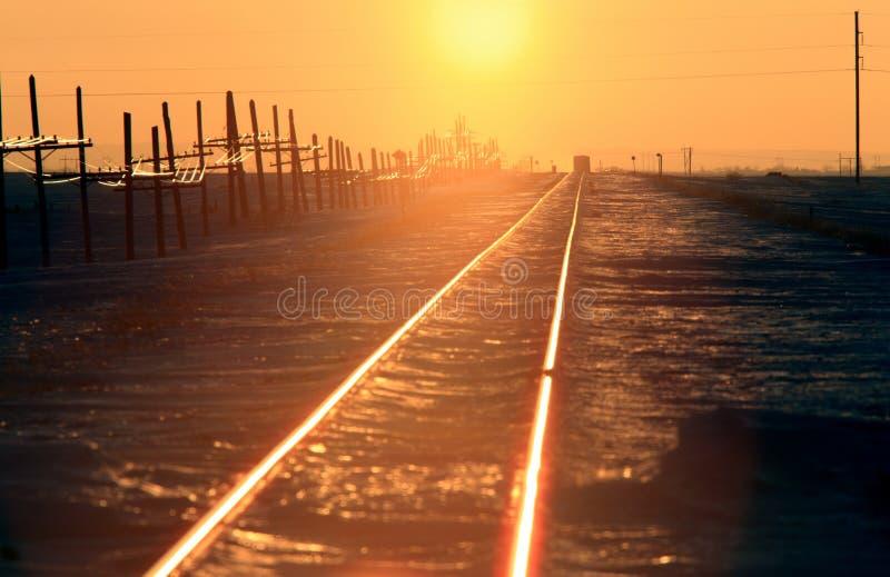 De trein volgt de Winter Saskatchewan van de Zonsondergang stock foto