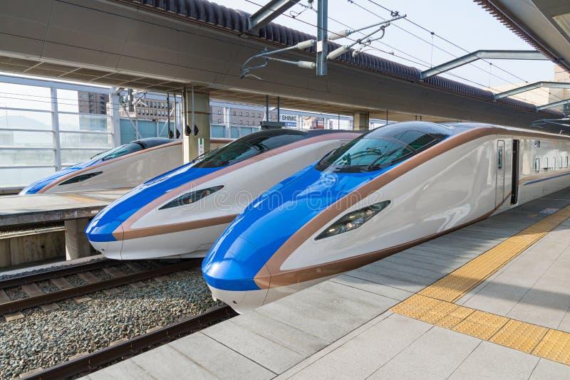 De treinen E7/W7 van de reekskogel (Hoge snelheid of Shinkansen) stock foto's