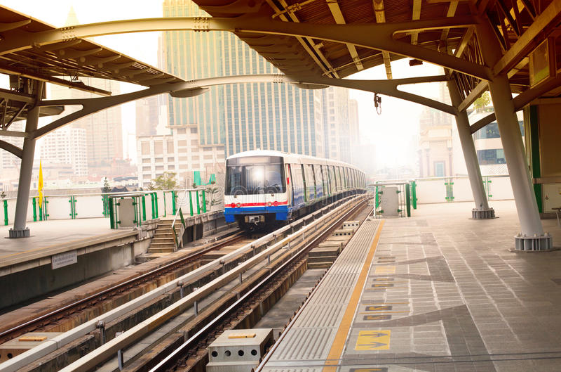 De treinen van de Btshemel in de stads belangrijk stedelijk vervoer van Bangkok binnen royalty-vrije stock afbeelding