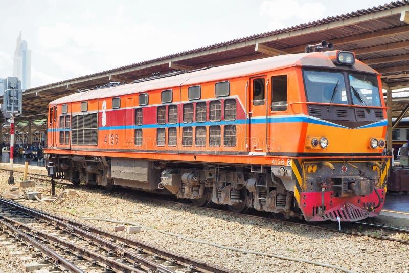 De treinen wacht bij een platform van station Hua Lamphong in Bangkok royalty-vrije stock afbeeldingen