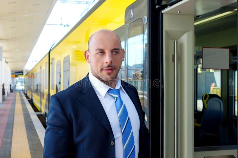 De treinleider op het platform naast de trein stock foto