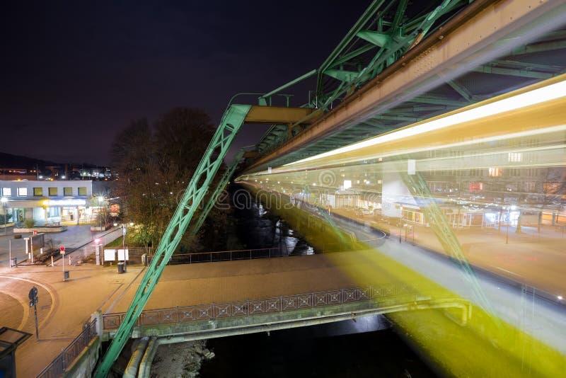 de treinlichten van Wuppertal Duitsland schwebebahn bij nacht stock afbeeldingen