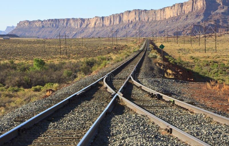 De treinlijnen van Utah door klippen stock foto's