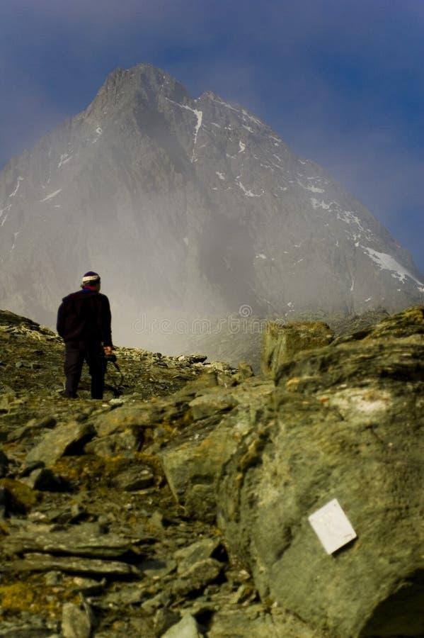De Trekking van de mens in Oostenrijk stock fotografie