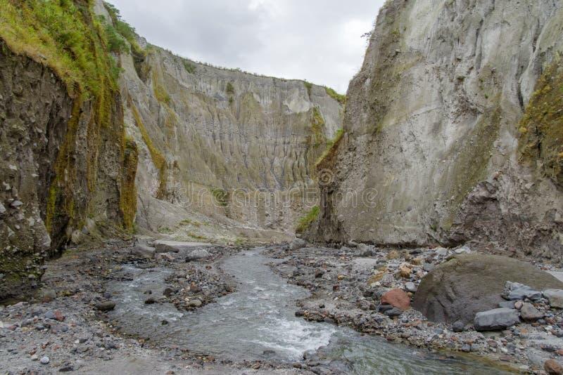 De trekking van het de Kratermeer van bergpinatubo royalty-vrije stock afbeelding