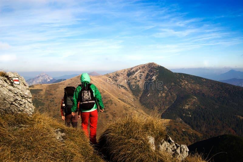 De trekking van toeristen in de de herfstbergen stock foto's