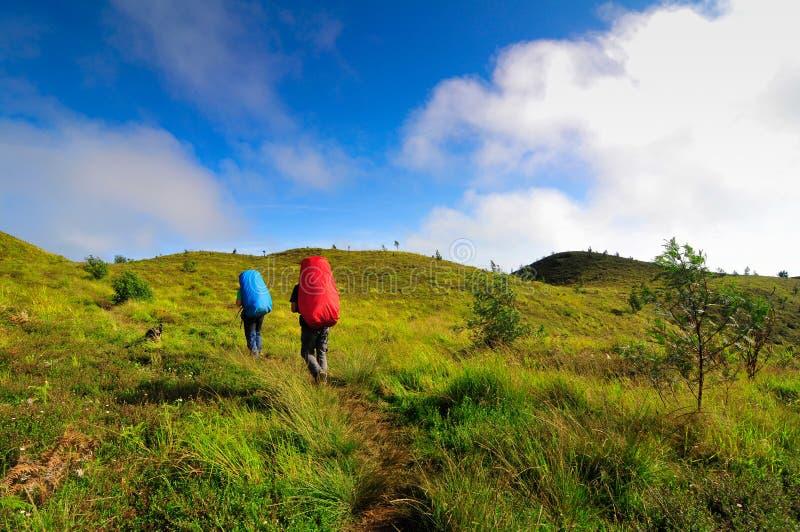 De trekking van twee mensen bij Prau-Berg, Dieng, Indonesië stock afbeeldingen