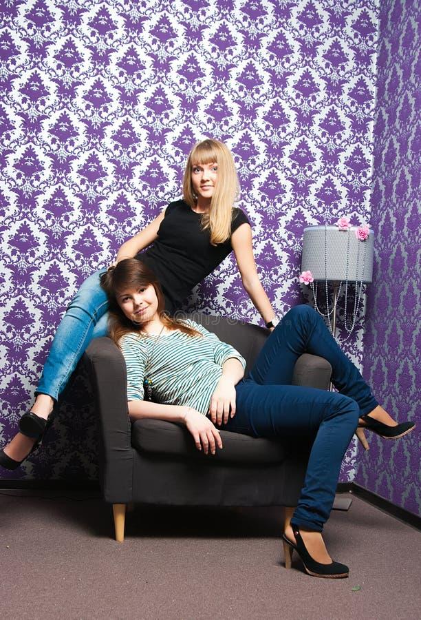 De trendiga flickorna royaltyfri foto