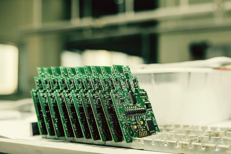 De tribune van de computerraad op een rij bij de fabriek voor de productie van vervangstukken stock fotografie
