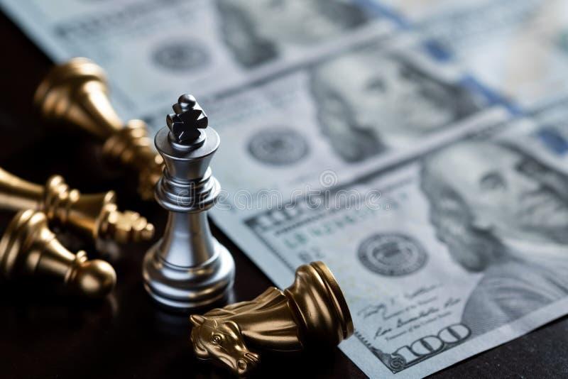 De tribune van de schaakkoning over de vijanden met Amerikaanse dollarbankbiljet De winnaar in de bedrijfsconcurrentie Concurrent royalty-vrije stock fotografie