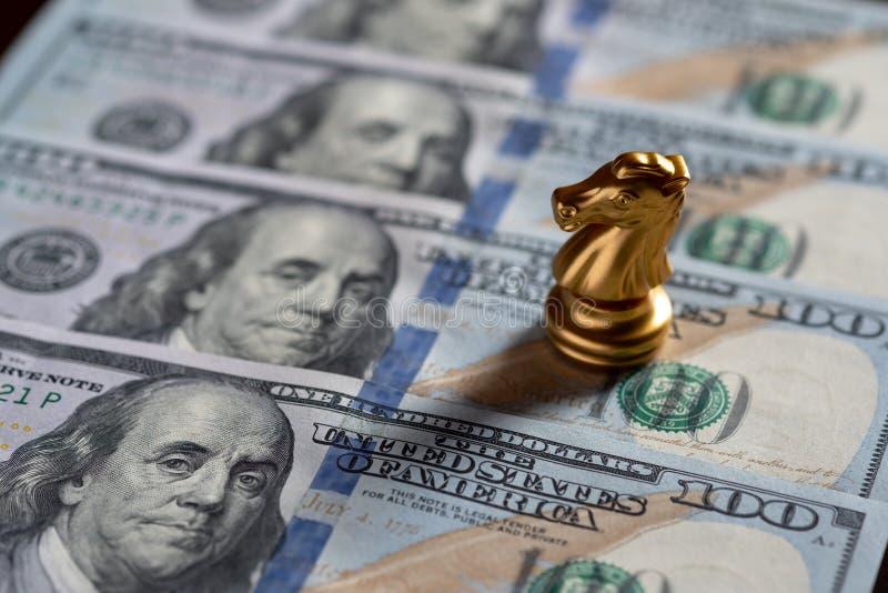 De tribune van de schaakridder op Amerikaanse dollarbankbiljet Handelsinvesteringen en strategieconcept royalty-vrije stock afbeelding