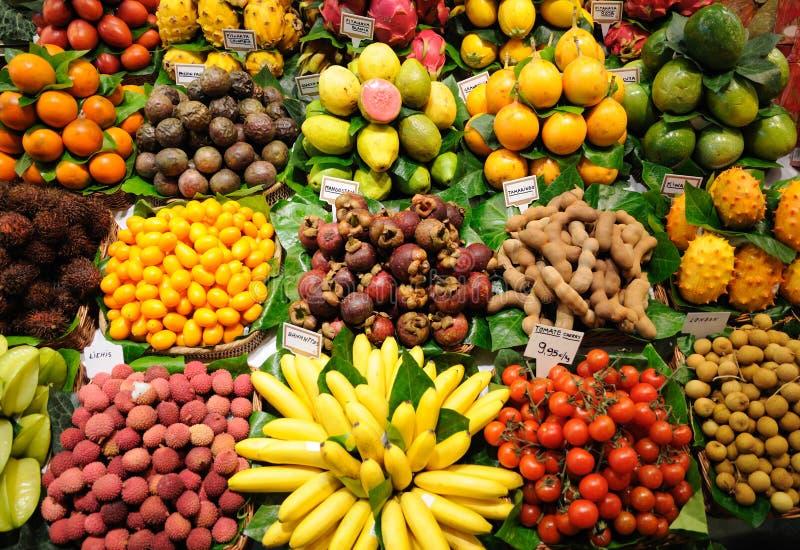 De tribune van vruchten binnen bij markt, Barcelona royalty-vrije stock foto