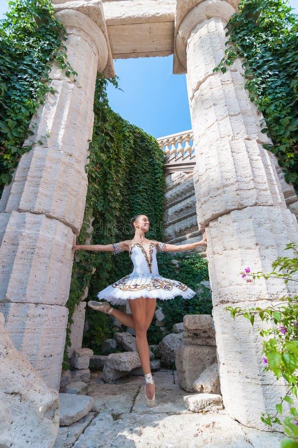 De tribunes van de meisjesdanser op tiptoe, balletpirouette stock fotografie