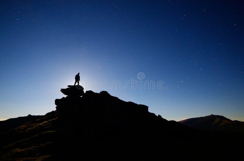 De tribunes van de mens op een rots royalty-vrije stock foto's