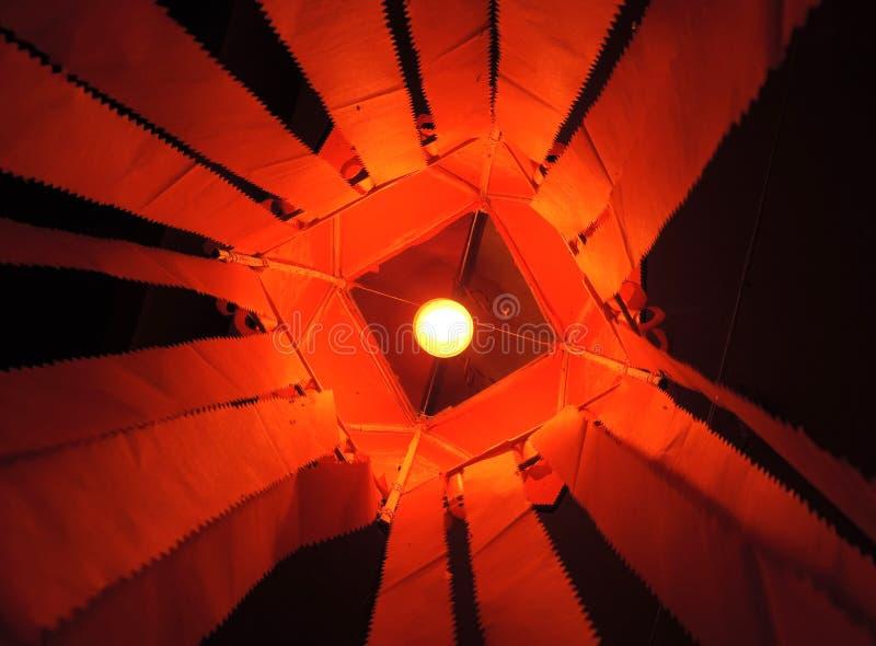 De trillende lantaarn van saffraan rode kandeel met gloeilamp binnen zichtbare lantaarn royalty-vrije stock afbeelding