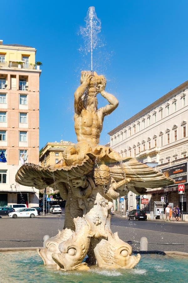 De Triton-Fontein bij Piazza Barberini in centraal Rome stock foto