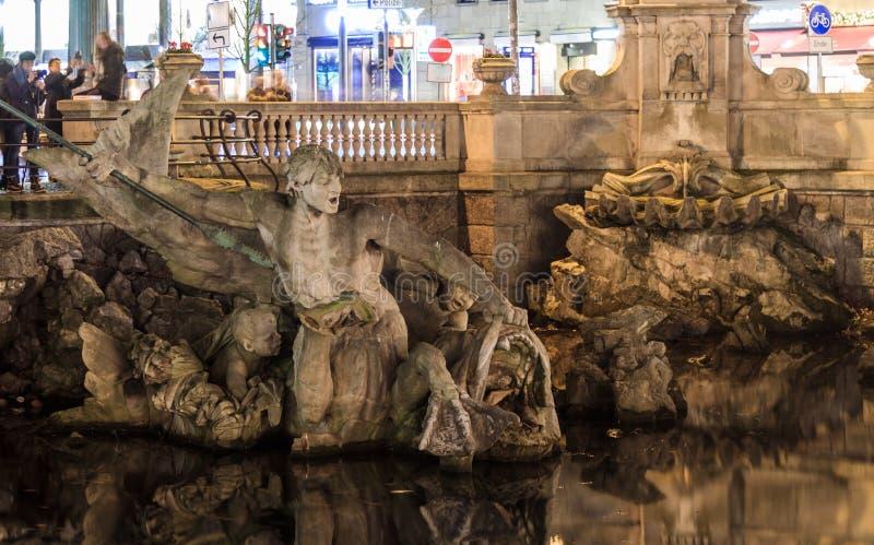 De tritonefontein in Dusseldorf stock afbeeldingen