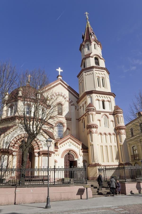 De tro församlingsboerna kommer in i ortodox kyrka arkivfoton
