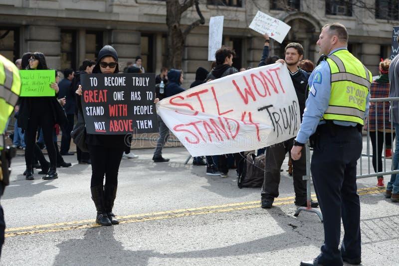 De troefprotesteerders houden Tekens stock afbeelding