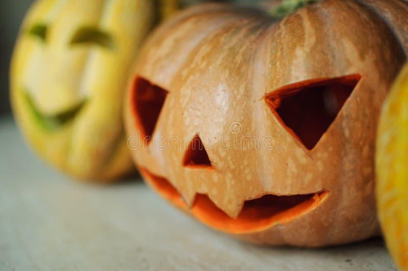 ` De trois crics-o - lanternes de potiron et de melons sur la table de cuisine photos libres de droits
