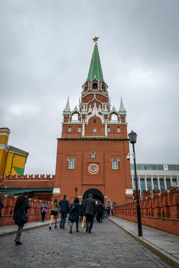 De Troitskaya-Toren in het centrum van de noordwestelijke muur van Moskou het Kremlin stock foto