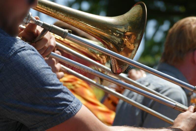 De trombonespeler onderhoudt de menigte royalty-vrije stock foto's
